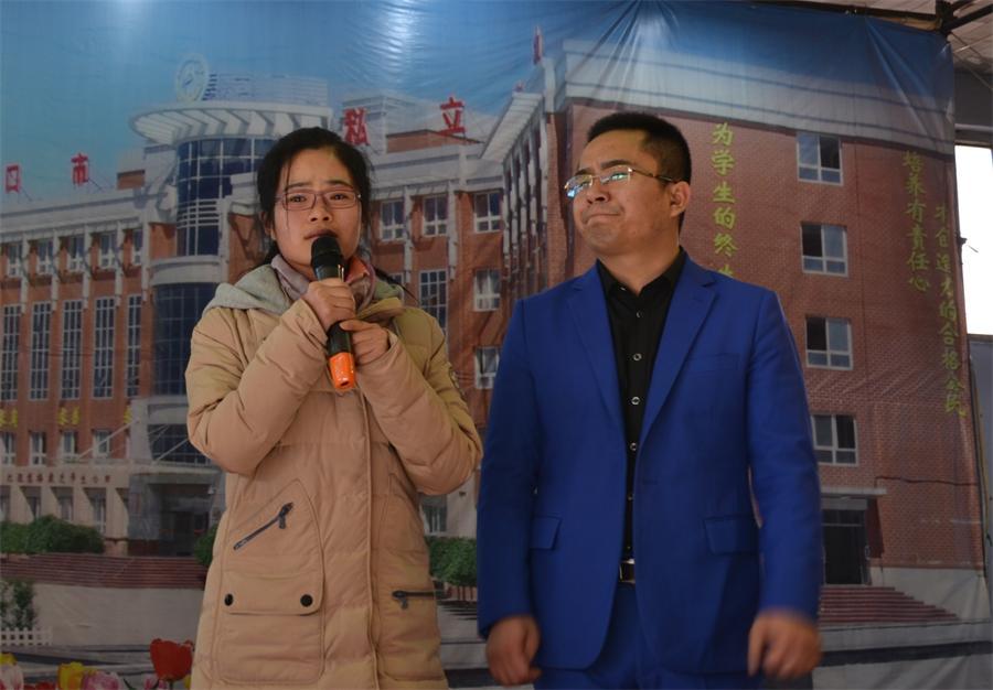 老师代表戚晓玲同志讲说她对同学们的关心与爱护_看图王.jpg