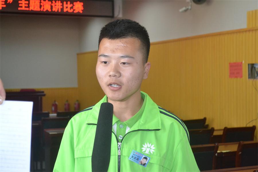 一等奖选手307王志富接受县电视台记者采访.JPG
