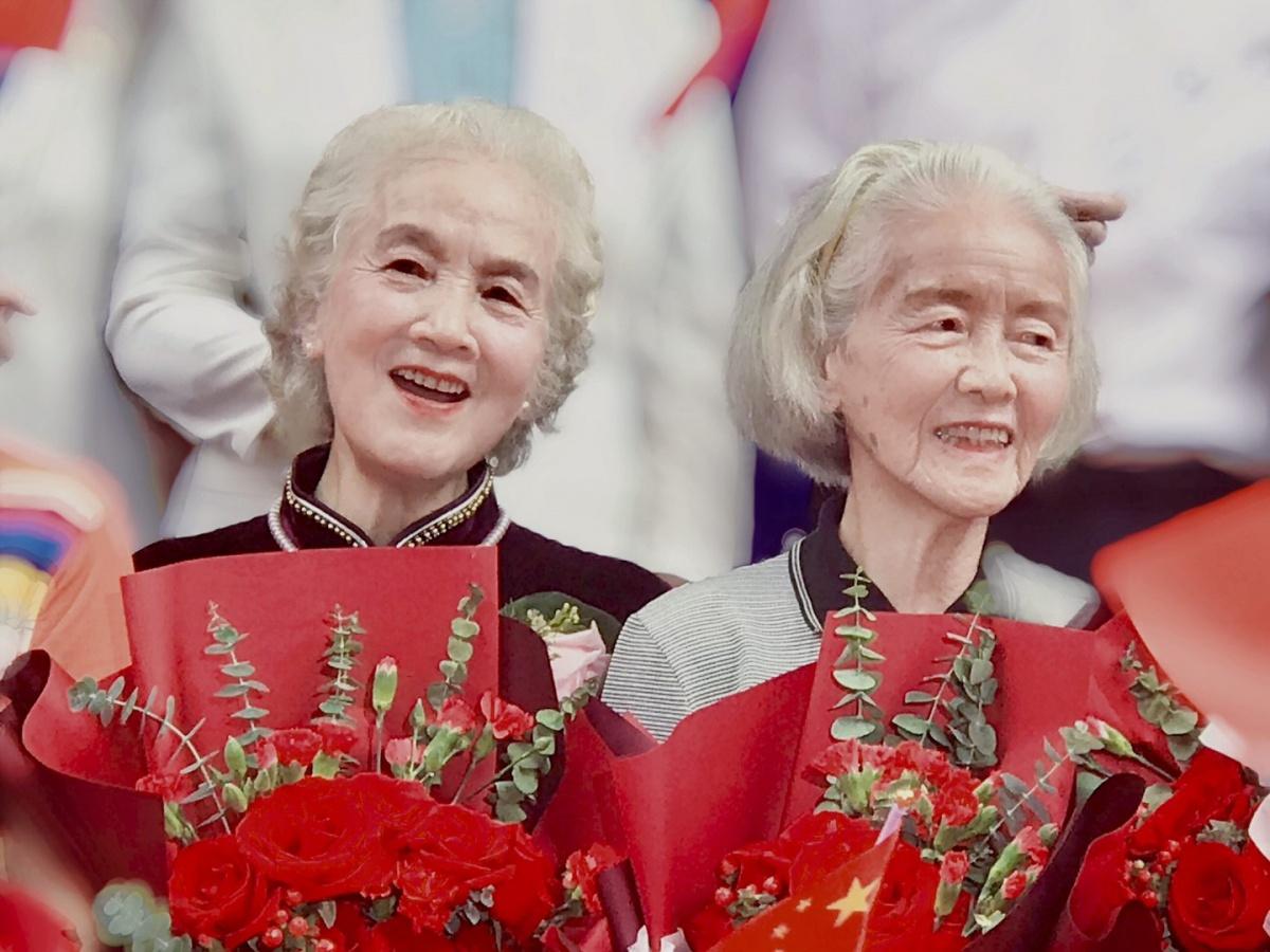 7  80岁的她们,开怀地唱着。.jpg