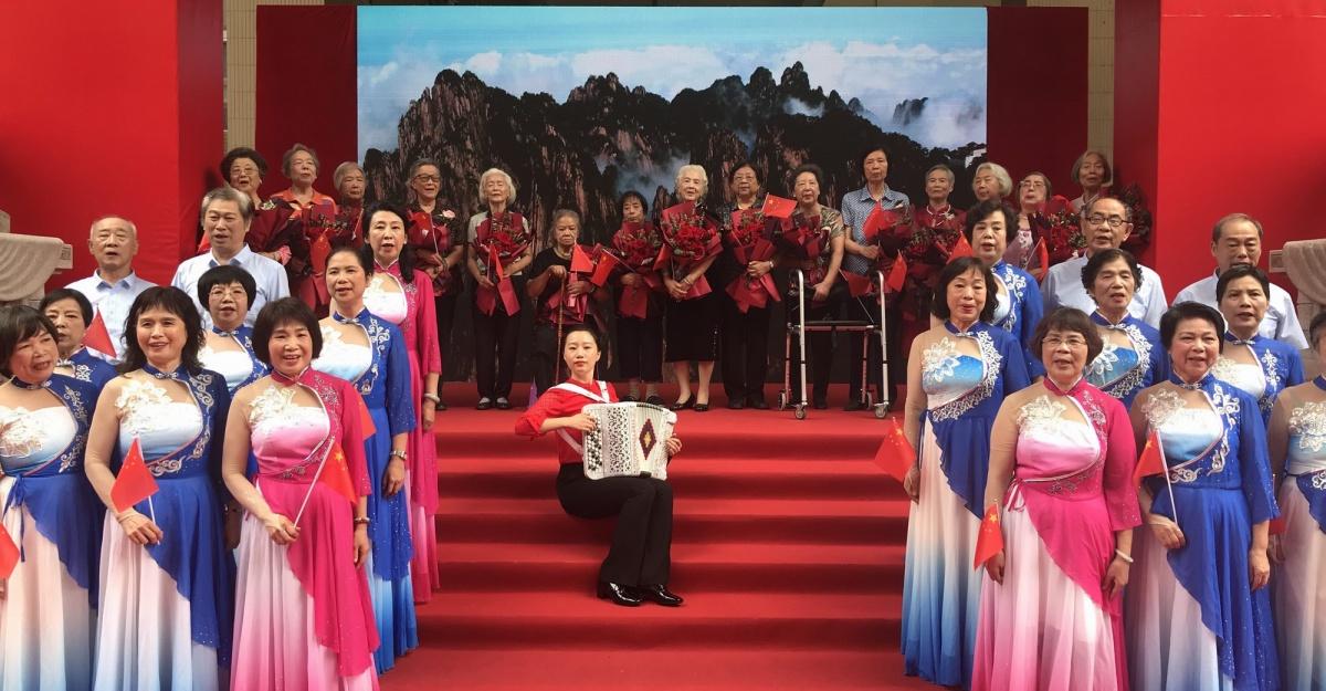 5  80岁的她们,唱响《共青团员之歌》。.jpg