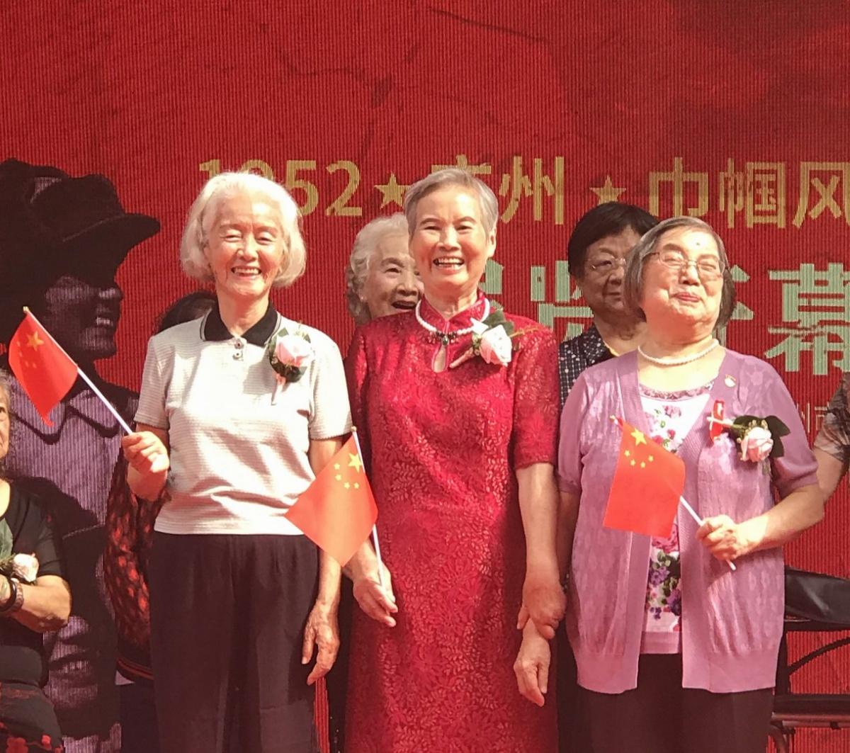 6  80岁的她们,开心地笑着。.jpg