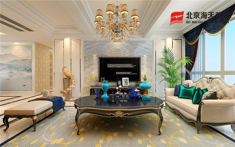 客厅金色与蓝色搭配,打造出欧式风格的高贵;墙面的油画与地毯相呼应