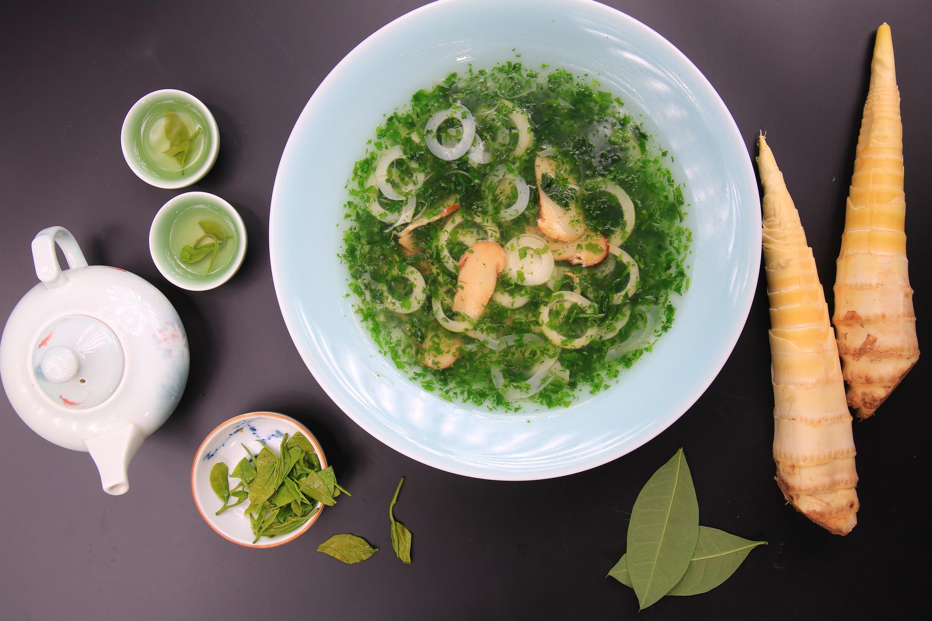 杭州城中香格里拉——荠菜松茸烩笋衣Sauteed Bamboo shoot with wild vegetable and matsutake mushroom.JPG