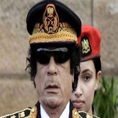 卡扎菲和女保镖.jpg