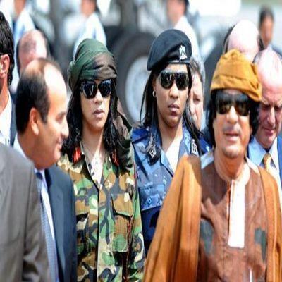 卡扎菲和女保镖护卫.jpg