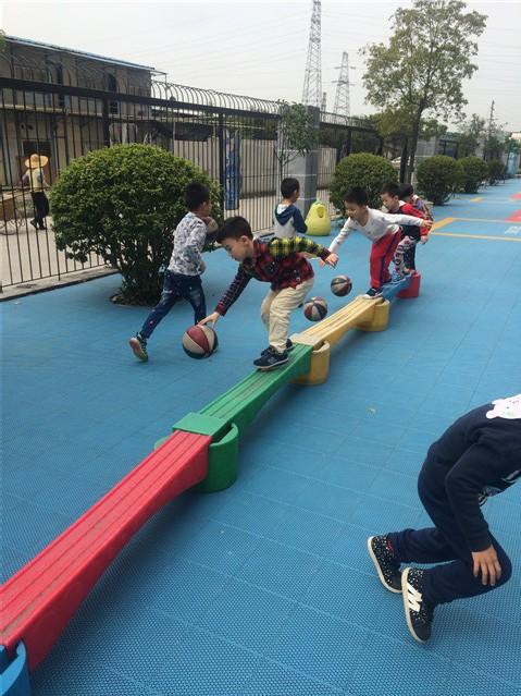 独木桥上拍球——美的广厦幼儿园篮球队活动