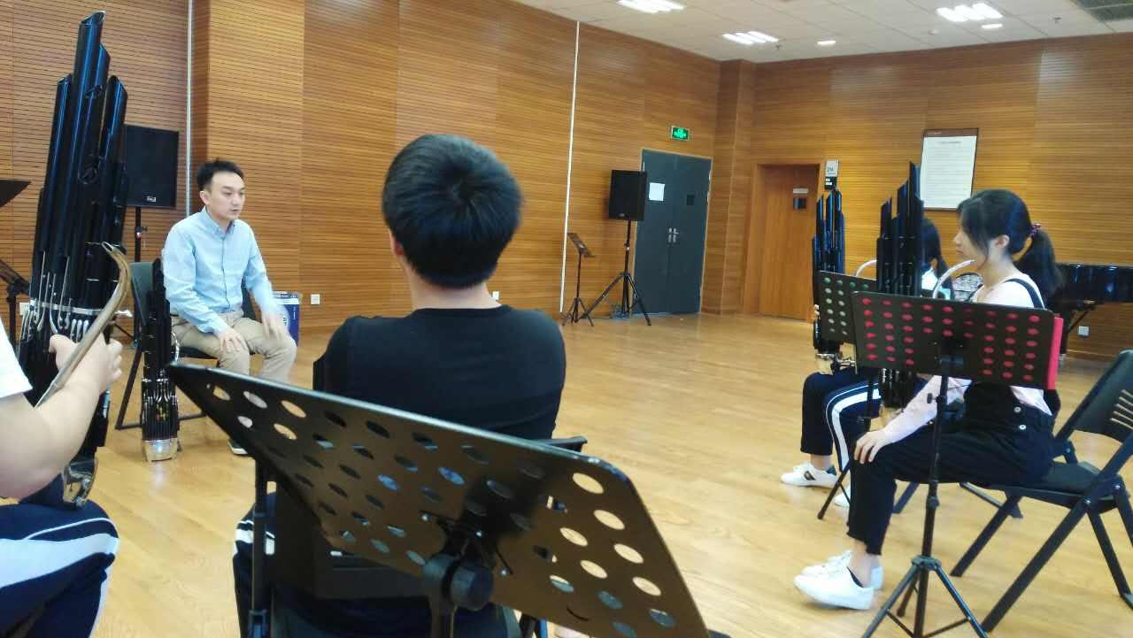 006 专家集体课讲解键笙演奏时的舞台坐姿.jpg