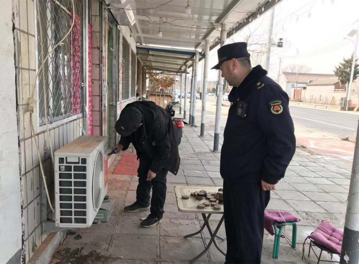 河南寨镇执法队采取清除、清洗、覆盖的方式清理小广告,并加强宣传劝导(2).jpg