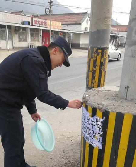 河南寨镇执法队采取清除、清洗、覆盖的方式清理小广告,并加强宣传劝导(1).jpg