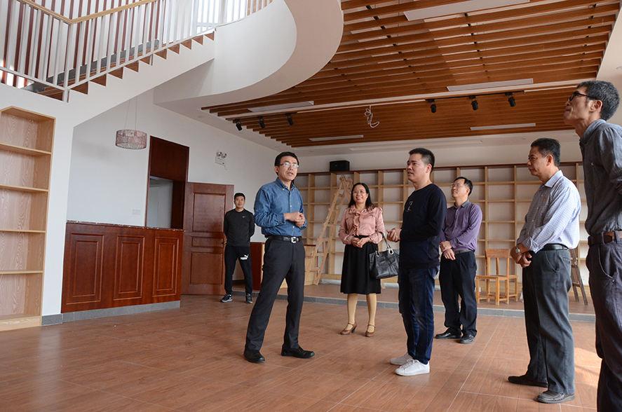 王贤明校长参观在建的外语课程中心.jpg
