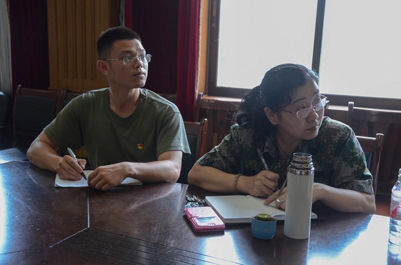 南宁信息工程职业技术学校的党员和入党积极分子在认真听党课 (1).jpg