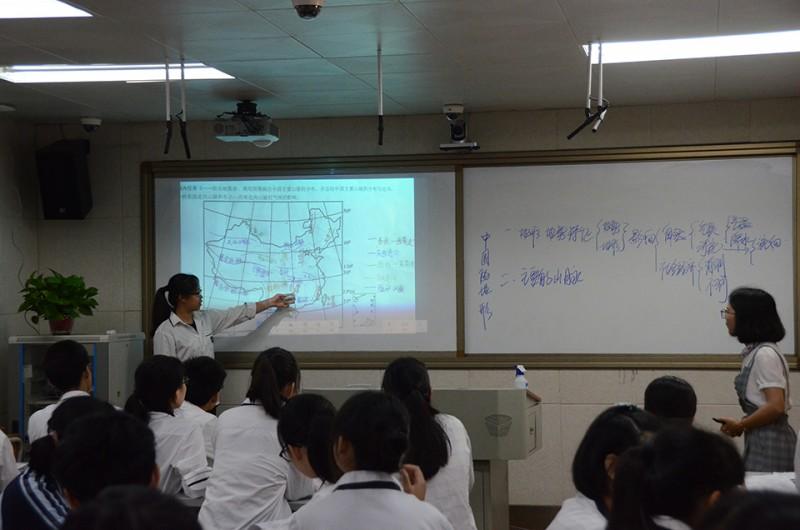 陆艳林老师借助希沃授课助手,通过手机将学生小组合作学习成果即时呈现在电子白板上,为全班学生创设互动、评价情境.jpg