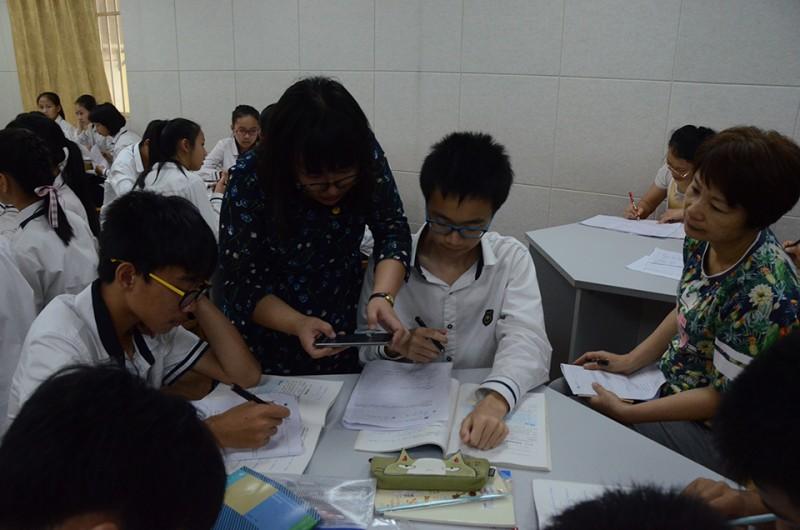 参赛教师杨茸砚用手机拍下学生答题情况.jpg
