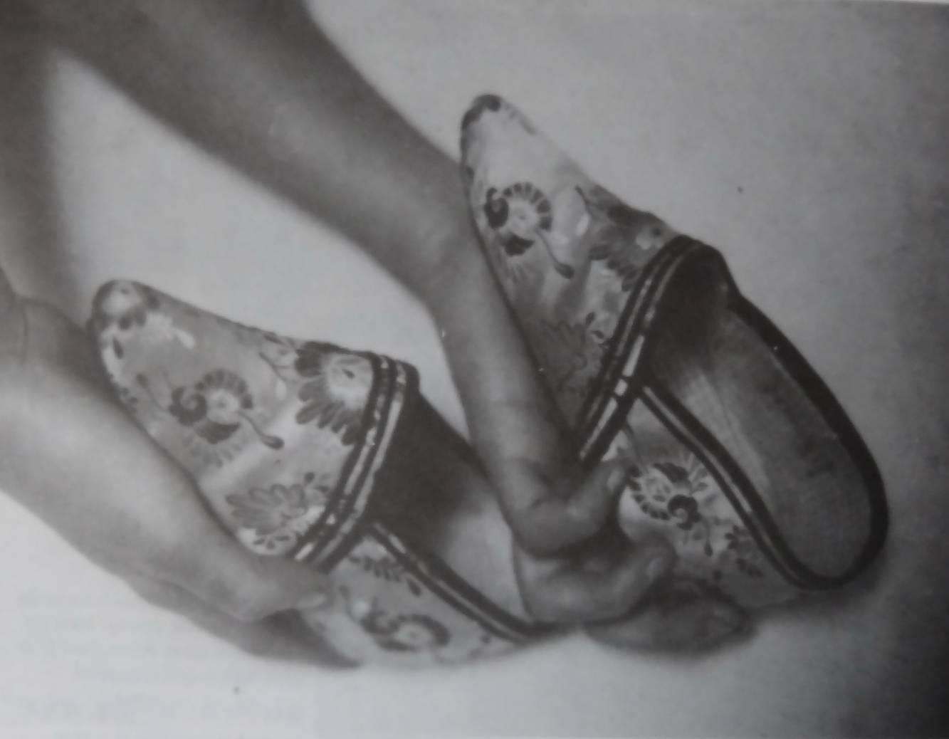 旧货摊上的妇女三寸金莲绣花鞋.jpg