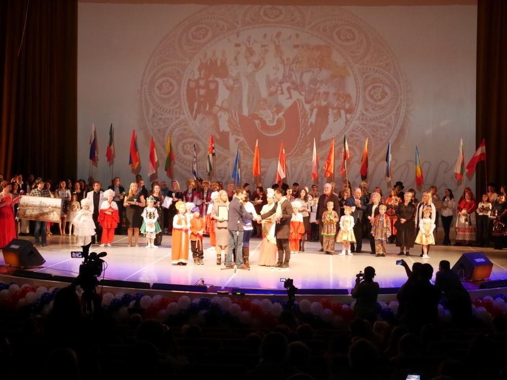 图15 组委会向夏小虎团长颁发了一系列奖杯及奖状.jpg
