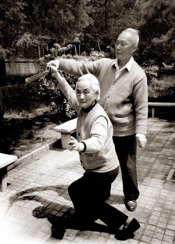 8 近90歲時,彭松與伴侶葉寧一起切磋劍舞.jpg