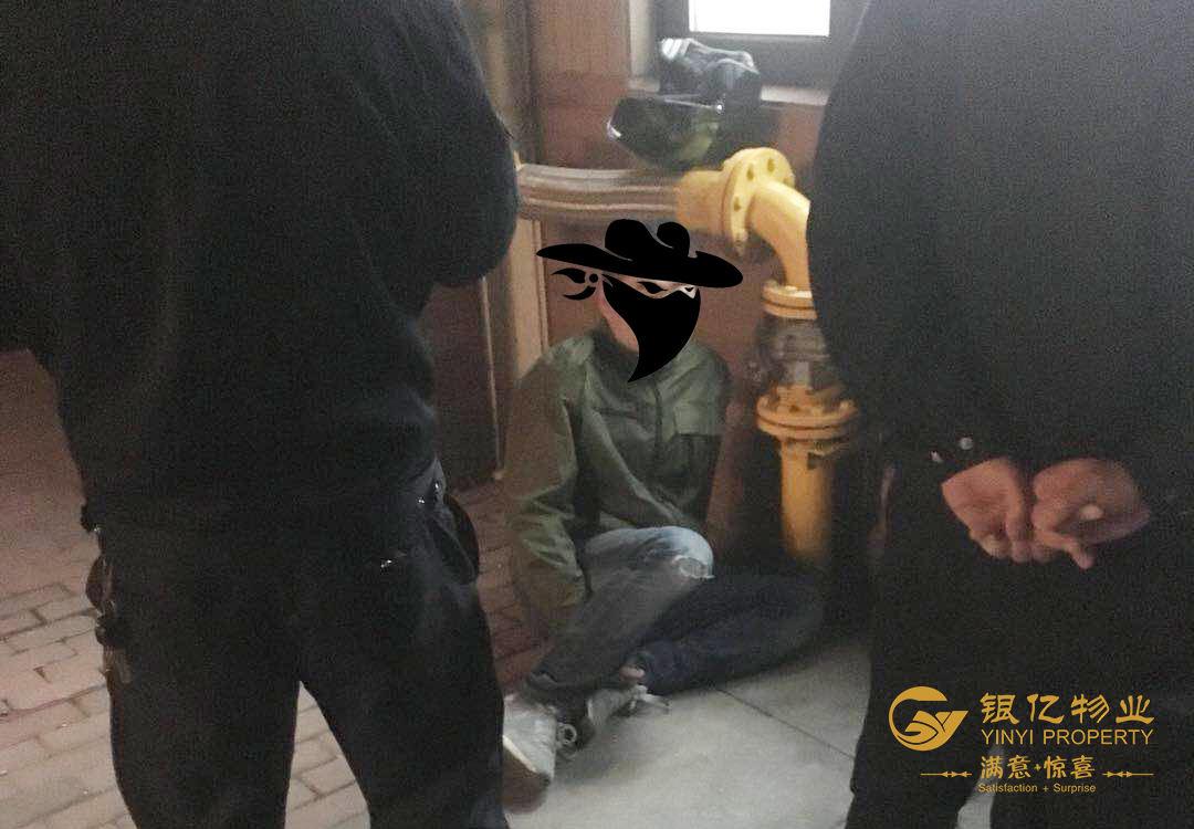 被抓的小偷坐在地上1.jpg