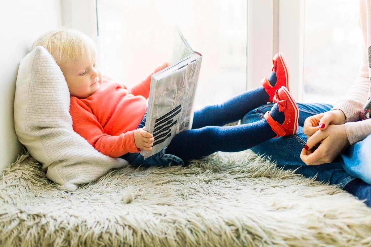 toddler-reading-book-1257105.jpg