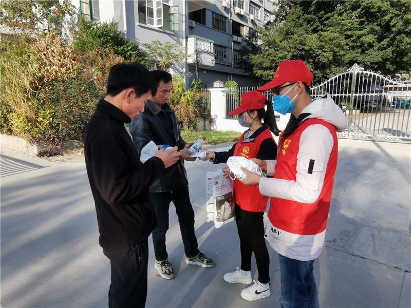 马尾项目部青年志愿者为市民分发口罩、消毒液.jpg