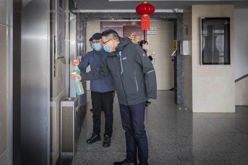 20200130,城轨公司防疫领导小组对办公区进行消毒作业 (2)孙鹏_副本.jpg