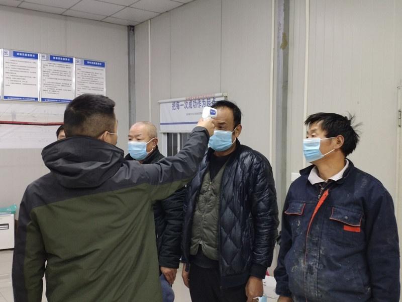苏州地铁5号线4标项目部每日对留守员工进行体温测量并登记_副本.jpg