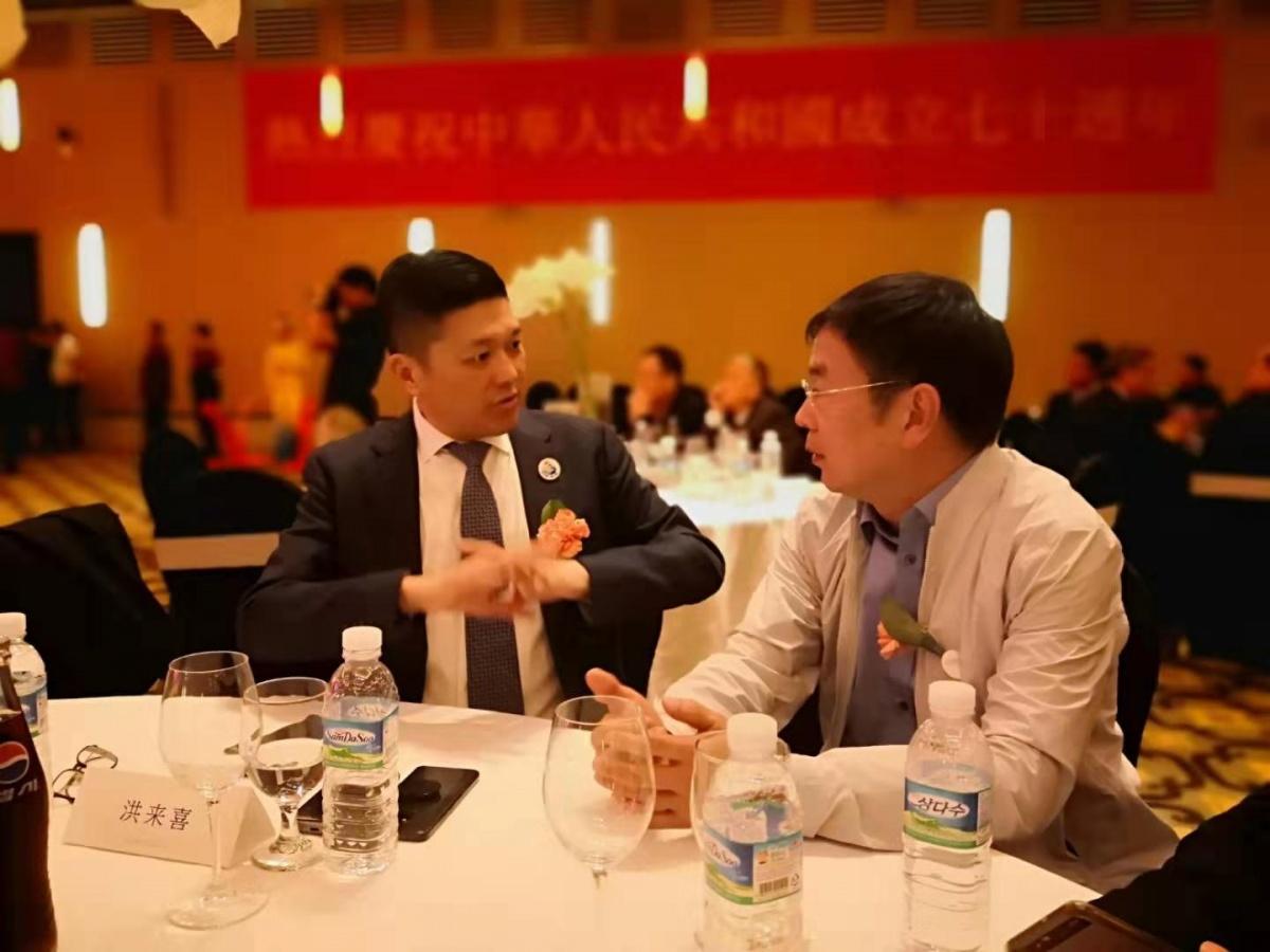 董事长与马来西亚华侨带头人交流.jpg
