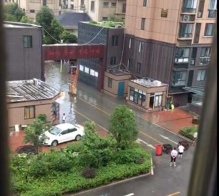 """暴雨袭城,阜宁多条路车开成""""船"""""""