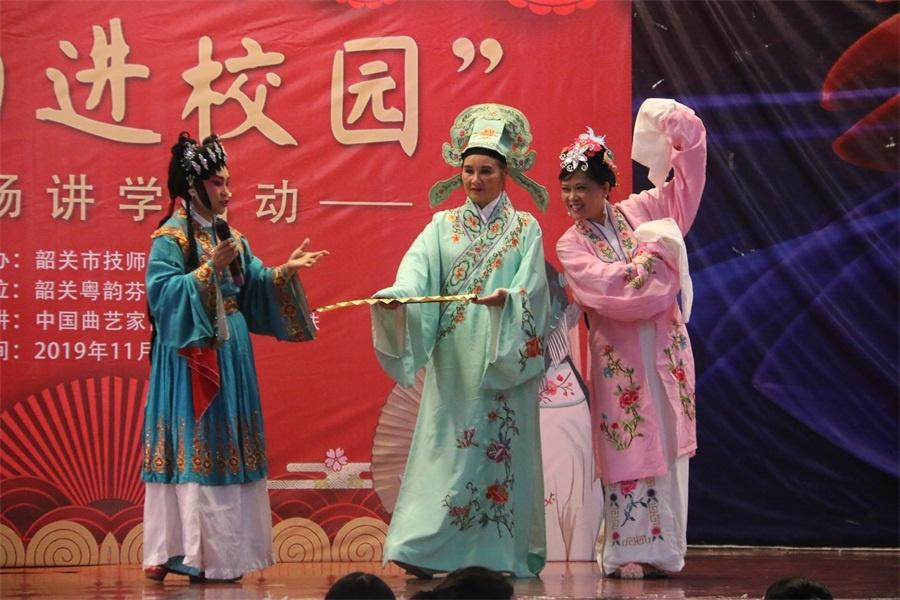 图三粤剧团向同学们介绍粤剧角色的特点.JPG
