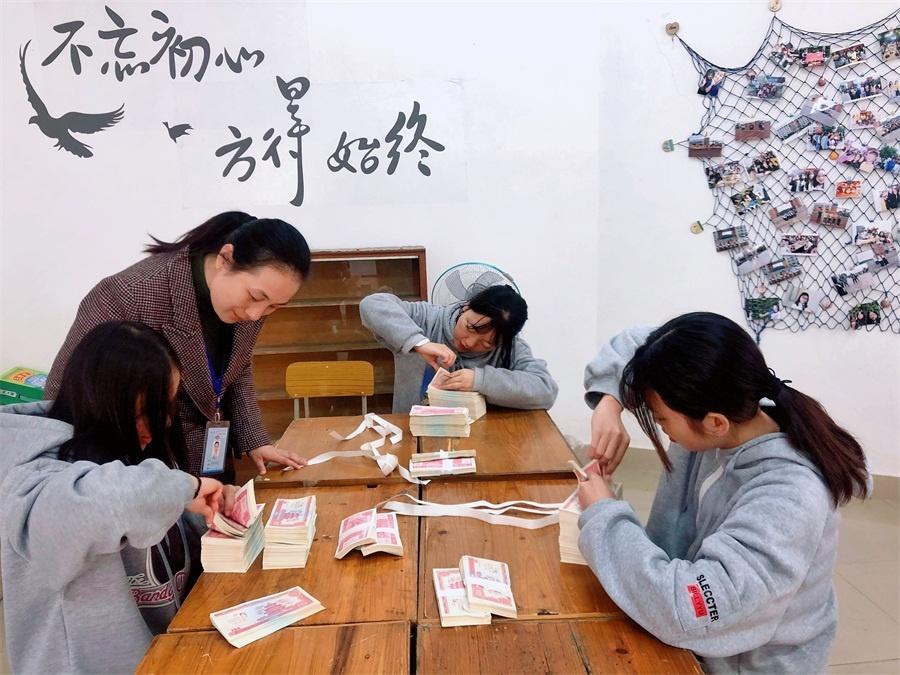 陈艳老师正在观察选手点钞指法.jpg