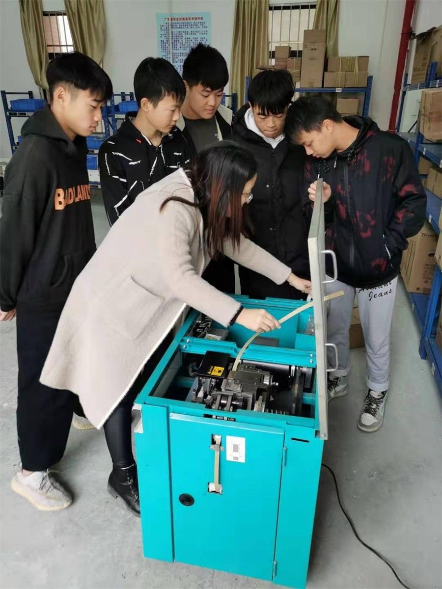 徐青老师正在指导学生进行堆高机操作.jpg
