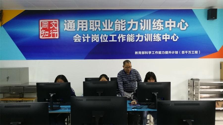 刘燕栋老师在会计电算化训练指导现场.JPG