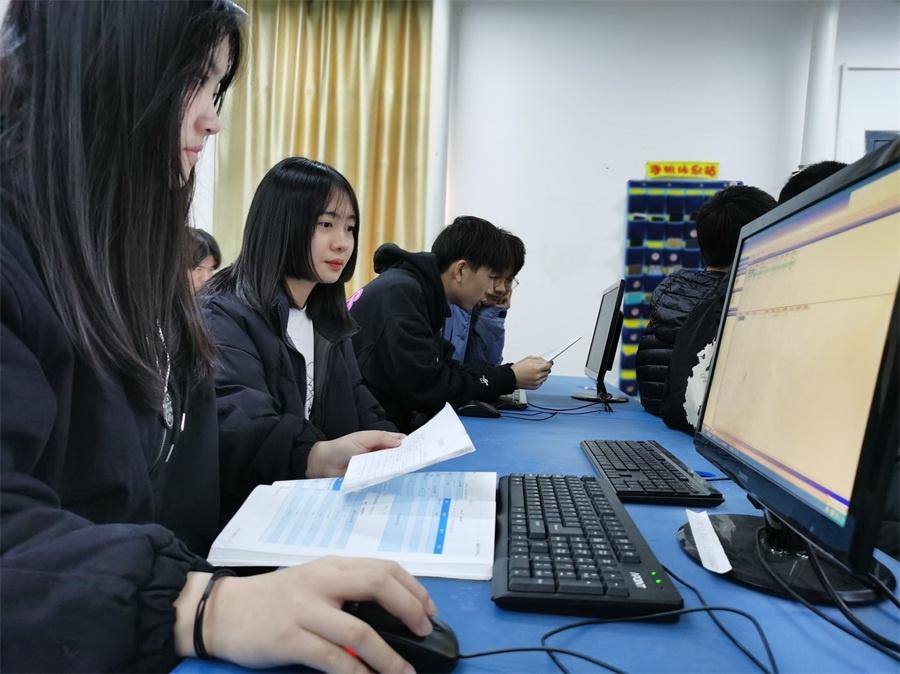 学生正在进行物流软件操作.jpg