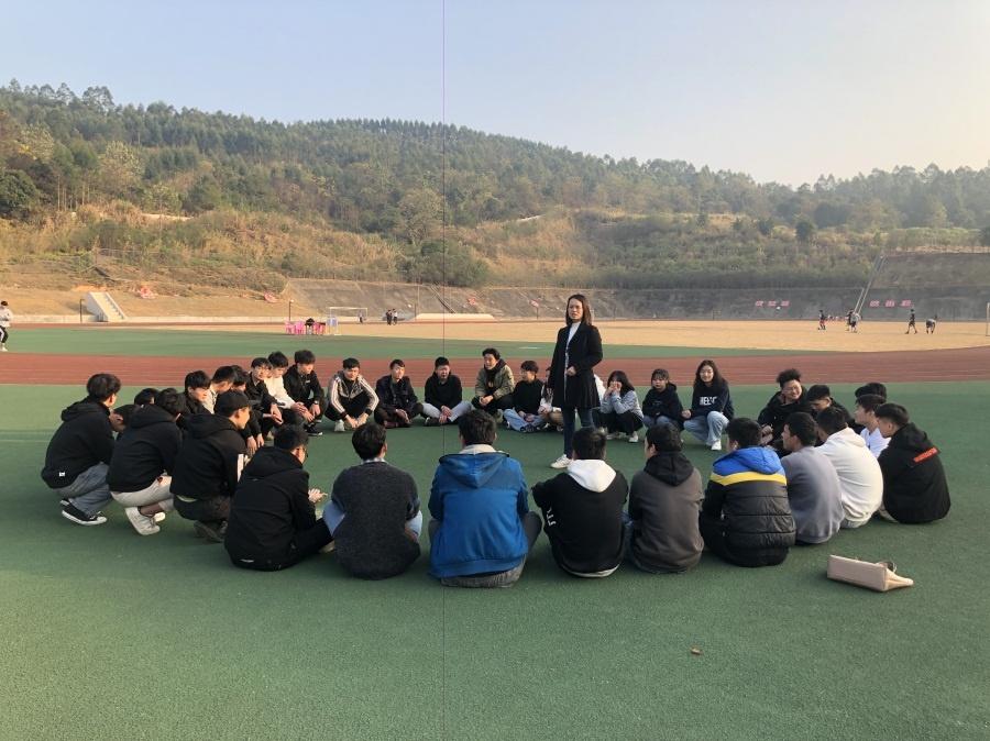 刘福优老师与学生正在进行第二课堂活动.jpg