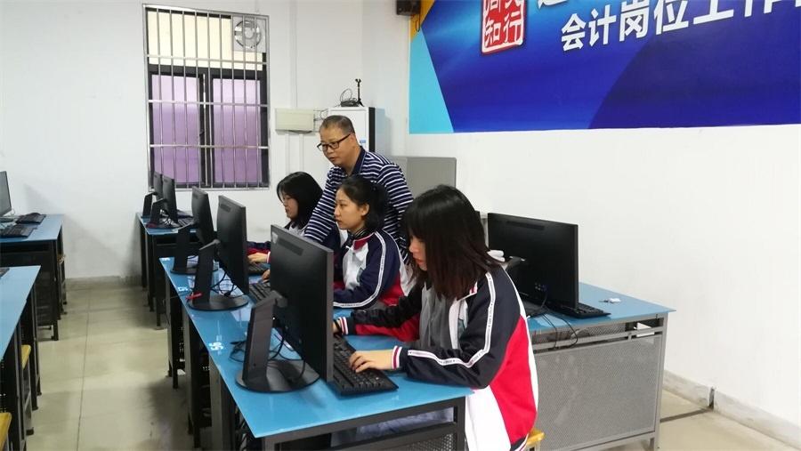 刘燕栋老师正在指导学生操作.JPG