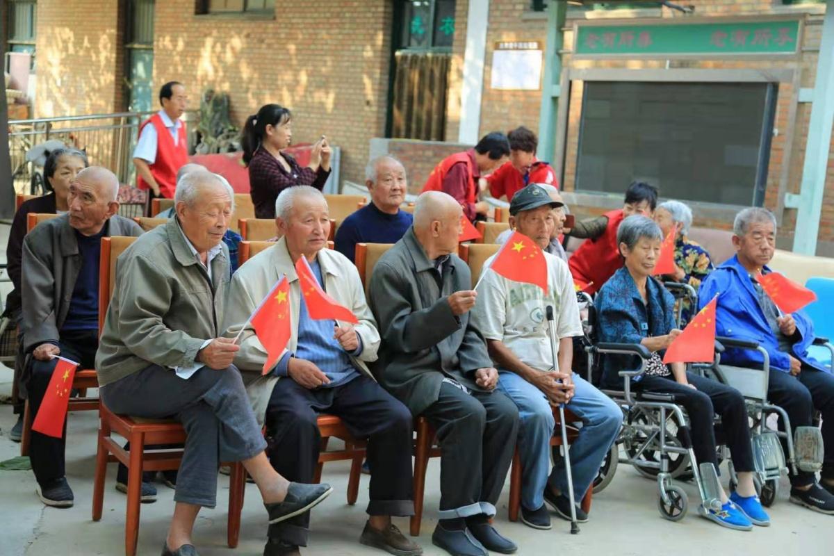 爱家乡衡水志愿者走进养老院 燃放国庆重阳双节爱心