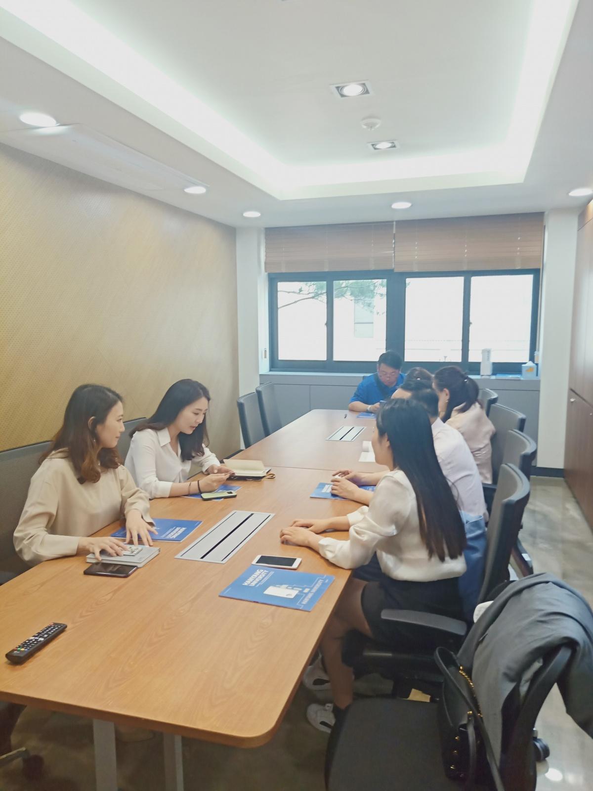 与汉阳大学的老师们会议中.jpg