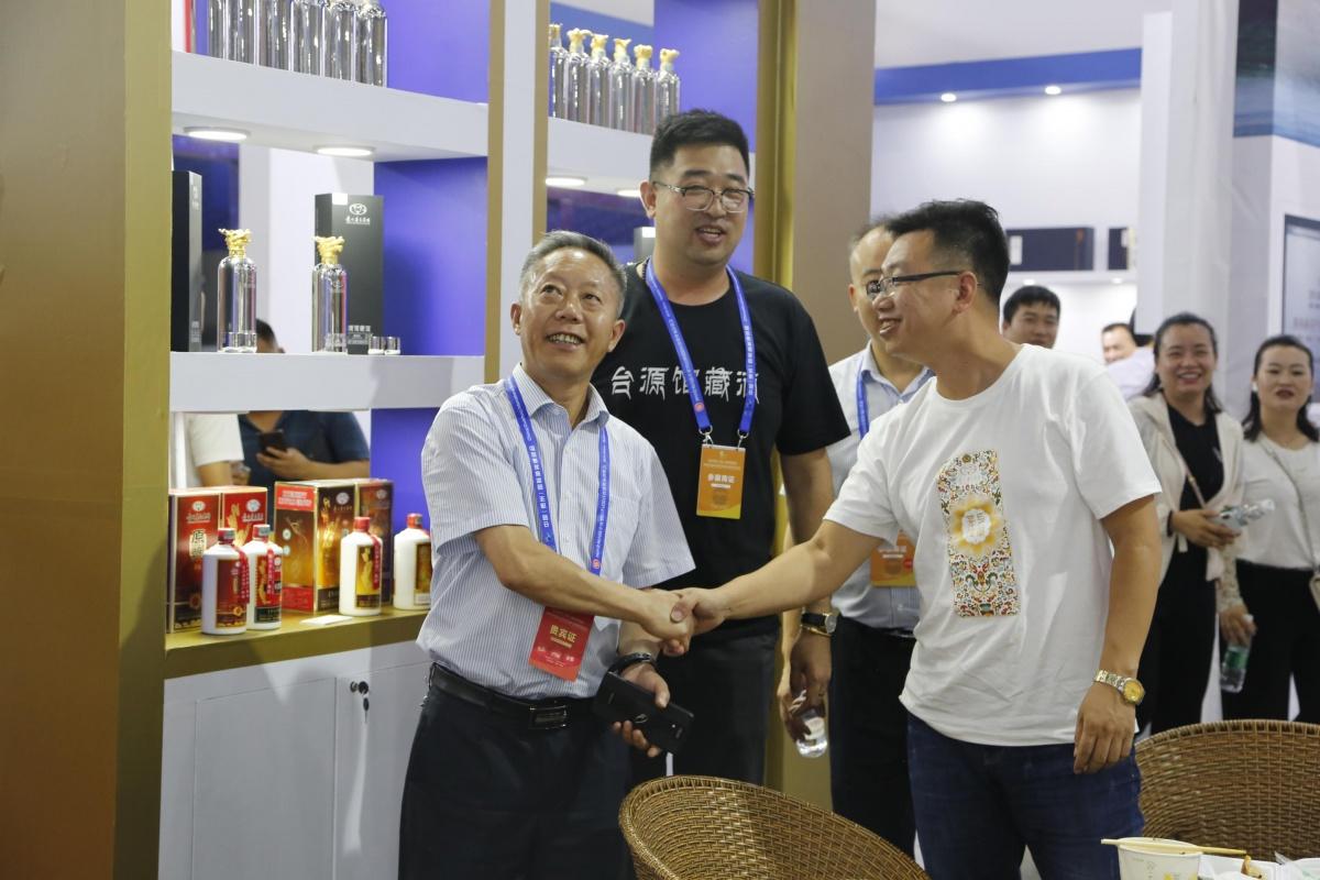 王开馥(左)察看展厅布展情况.JPG