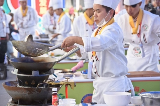 11月8日,图为三七佳肴大赛开赛比赛中的厨师。.jpg