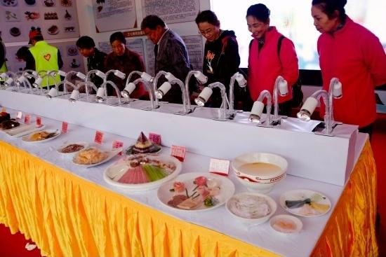 群众在观看三七食材展.jpg