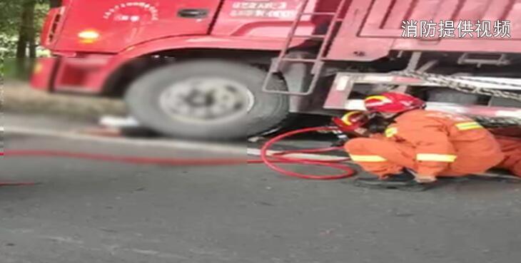 我区消防部门及时处置两起交通事故