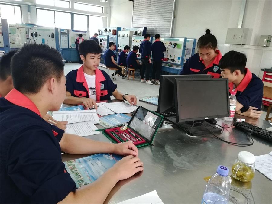 图4(《汽车电器与电路(信号)》学生正在完成各自的学习任务).jpg