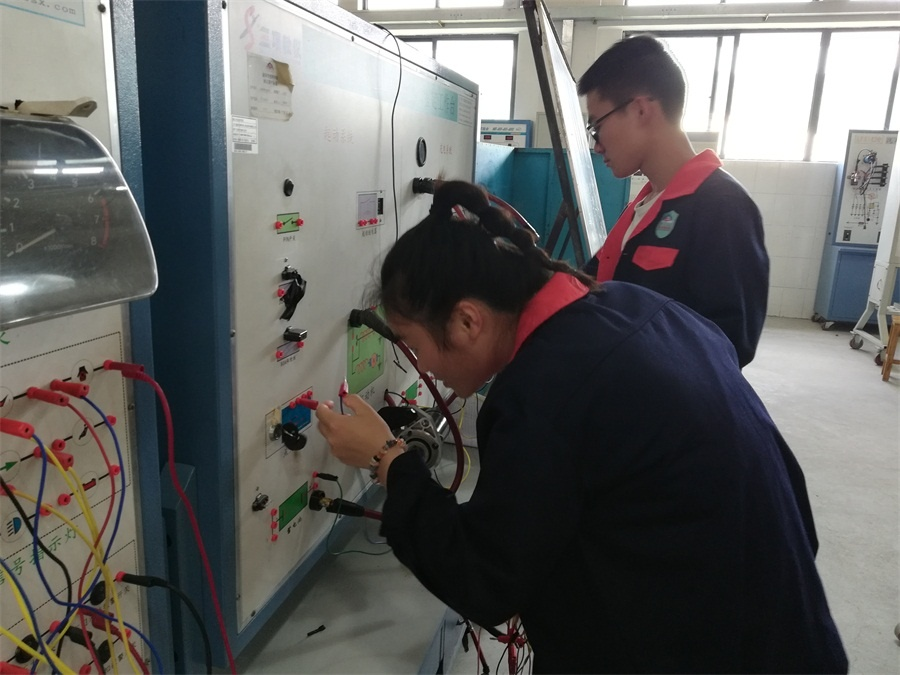 图6(《汽车电器与电路(信号)》学生进行实习操作).jpg