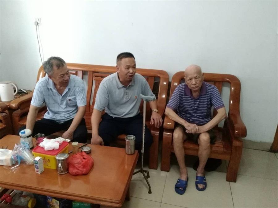 李帆阳副院长(中)、杨春军副主席(左一)询问彭增录(右一)生活情况.jpg