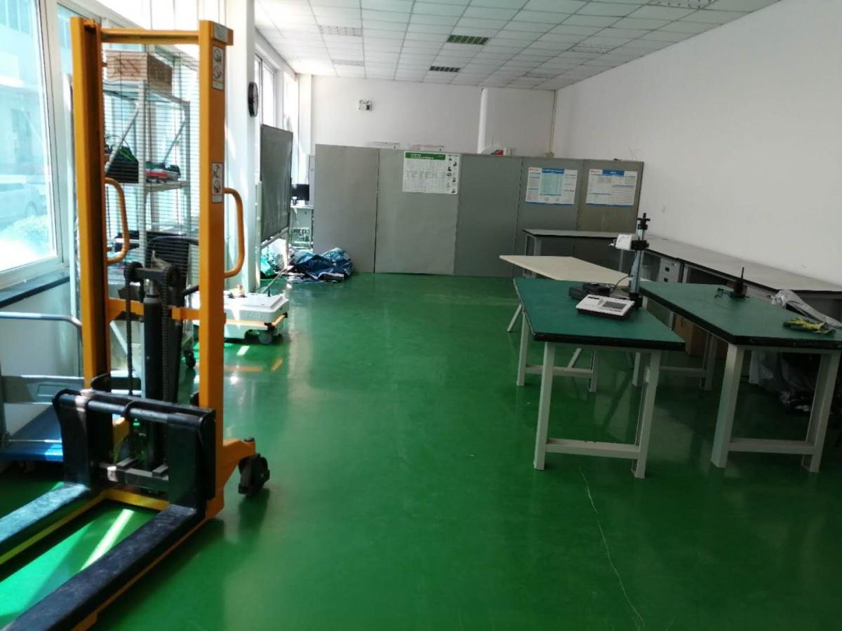 空荡整洁的实验室.jpg