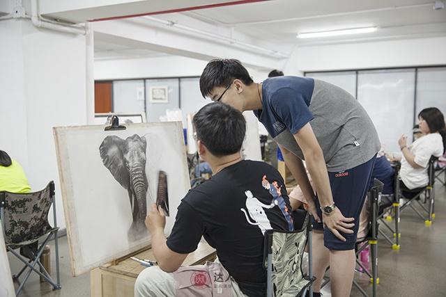 达人画室老师正在给美术生上课