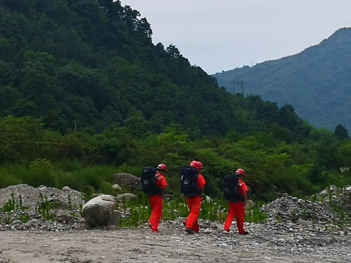 应急调查组按照演练要求对灾害区域进行调查.jpg