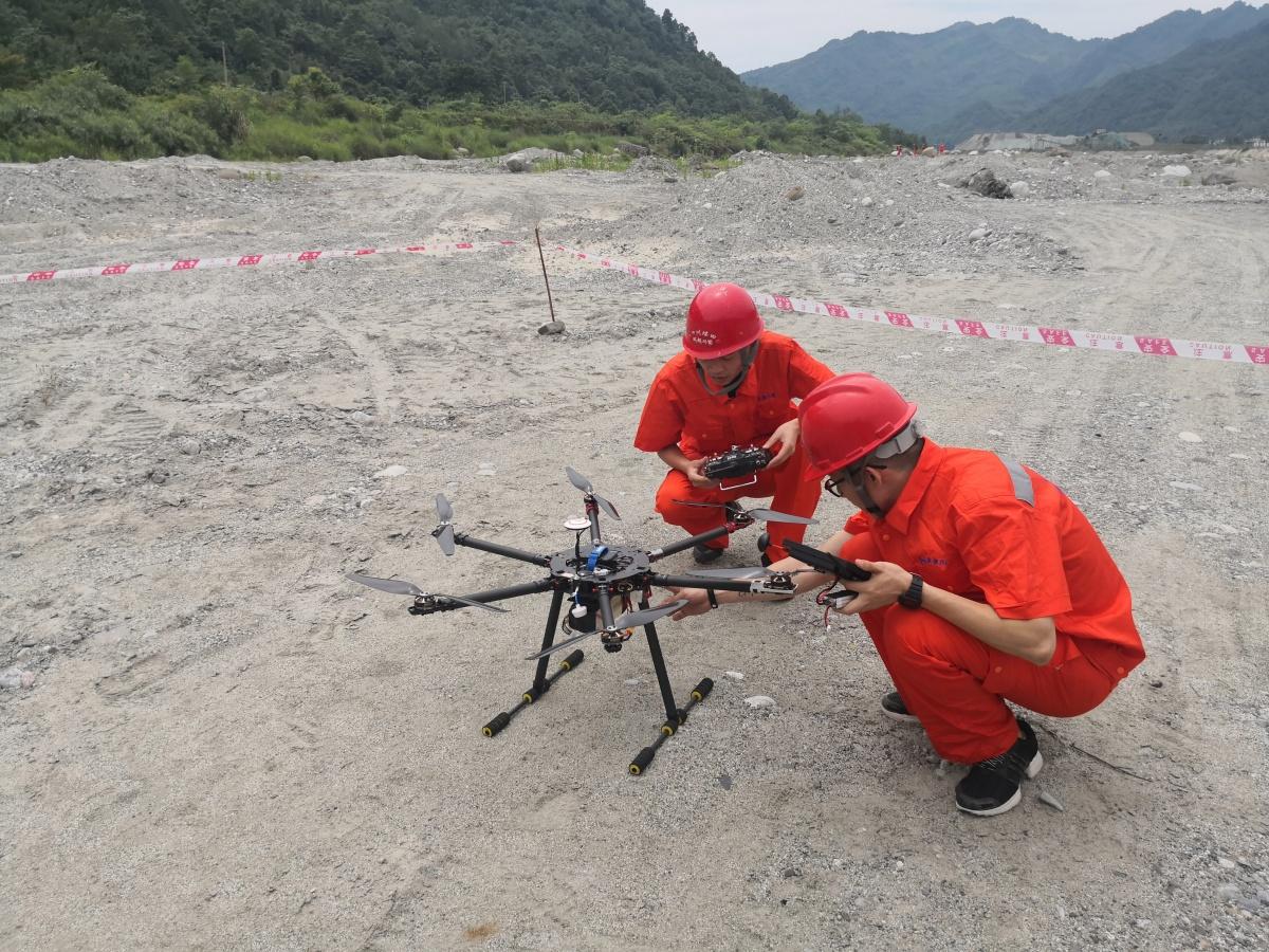 对无人机进行现场调试,准备进行高空巡查1.jpg