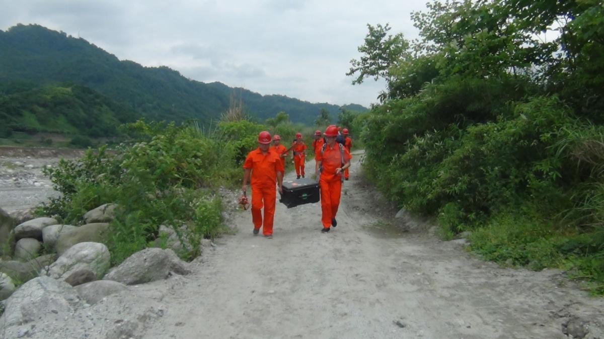 应急救援队搬运三维激光扫描仪设备.JPG