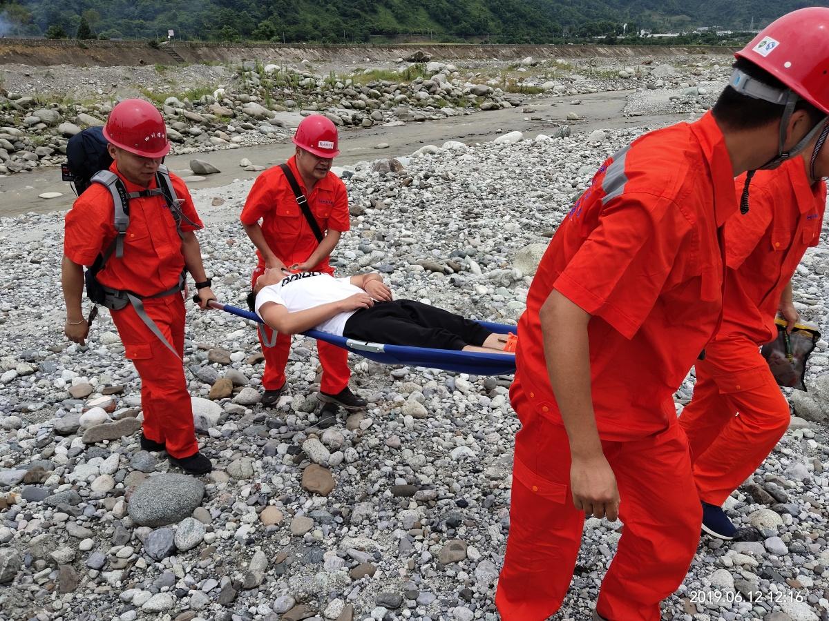 应急处置组对灾害区域伤员进行紧急救治.jpg