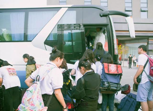 学生们准备登车